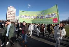 Friseurazubis demonstrierten am 10.2.2016 für einen fairen Tarifvertrag.